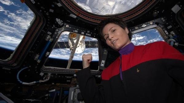 Samantha Cristoforetti z module Cupola (ubrana w strój ze Star Treka) ze statkiem Dragon z misji CRS-6 w tle. Zdjęcie: Twitter, @AstroSamantha