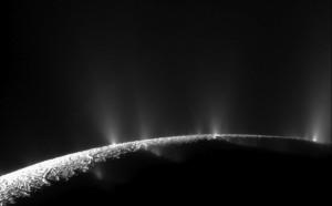 """Wyrzuty materii, między innymi wody, z powierzchni Enceladusa """"okiem"""" sondy Cassini / Źródło: NASA/JPL-Caltech/SSI"""