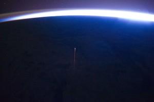W taki sposób prawdopodobnie wyglądały ostatnie chwile statku Progress M-27M. Zdjęcie jest zapisem deorbitacji innego towarowego statku - Progressa M-10M, który został skierowany do ziemskiej atmosfery (południowy Pacyfik) pod koniec 2011 roku (zdjęcie wykonane ze stacji ISS) / Źródło: NASA