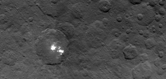 Tajemnicze jasne obszary z wysokości 4400 km - zdjęcie z 06.06.2015 / Credits - NASA/JPL-Caltech/UCLA/MPS/DLR/IDA