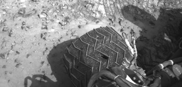 Widok na jedno z uszkodzonych kół Curiosity - sol 1037 / Credits -  NASA/JPL-Caltech