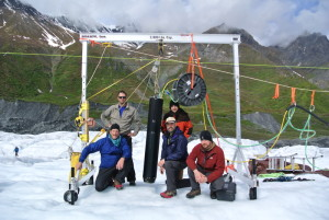 Próbnik VALKYRIE (czarna tuba pośrodku) i zespół Stone Aerospace na lodowcu Matanuska. Credits: Stone Aerospace