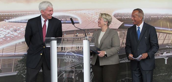 Burmistrz Houston Annise Parker i dyrektor Houston Airport System Mario Diaz otrzymują licencję portu kosmicznegodla lotniska Ellington od dr George'a Nielda, z-cy dyrektora FAA ds. komercyjnego transportu kosmicznego / Credit: Houston Public Media