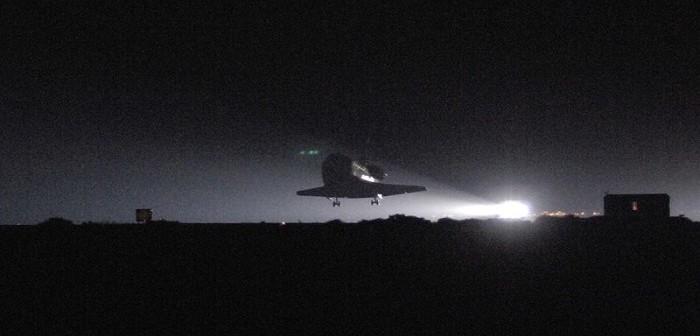 Lądowanie promu kosmicznego Discovery w ramach misji STS-114 / Źródło: NASA