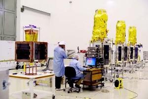 Brytyjskie satelity EO  DMC-3 oraz CBNT-1 w clean roomie / Źródło: ISRO