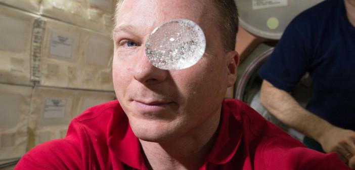 Kropla wody z tabletką musującą na Międzynarodowej Stacji Kosmicznej. Ujęcie na podstawie filmu w rozdzielczości 4K. Credits: NASA