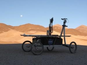 Robot ZOE na pustyni Atakama. Testowane na nim są zaawansowane algorytmy wykrywania zjawisk i obiektów interesujących z astrobiologicznego punktu widzenia. Credits: NASA