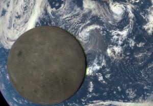 """Zbliżenie na Księżyc - widoczne rozmycie oraz zielona """"obwódka"""" z jednej strony naszego satelity. Są to artefakty powstałe podczas tworzenia obrazu Księżyca z ekspozycji z różnych filtrów. / Credits - NASA, NOAA"""