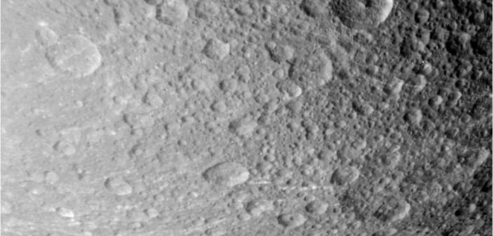 """""""Surowe"""" zdjęcie Dione wykonane 17 sierpnia przez sondę Cassini podczas przelotu / Credits - NASA/JPL-Caltech/Space Science Institute"""
