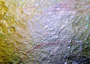 Czerwone łuki na powierzchni księżyca Tetys. Zdjęcie z kwietnia 2015 /  Credits - NASA/JPL-Caltech/Space Science Institute