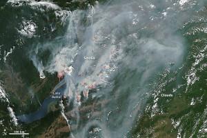 Wielkie pożary przy brzegach jeziora Bajkał. Rosja. NASA image by Jeff Schmaltz, LANCE/EOSDIS Rapid Response
