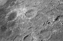 Pochodzenie tajemniczych, jasnych wirów i wstęg na Księżycu można tłumaczyć impaktami komet - do takich wniosków doszli naukowcy z Brown University. Credits: NASA