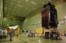 Inmarsat 5 F3 przed integracją z rakietą Proton-M / Credits - Chruniczew