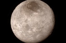 Charon - zdumiewająco odmienny w porównaniu z Plutonem / Credits - NASA/JHUAPL/SWRI