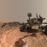 Łazik MSL w regionie Buckskin. Na jednym z kół przednich łazika widać wyraźne uszkodzenia. / Credits - NASA/JPL-Caltech/MSSS