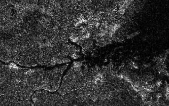 Dolina rzeczna niewiadomego pochodzenia na Tytanie. Nowy model sugeruje, że ma ona związek z azotowymi rzekami. Credits: NASA/JPL-Caltech/ASI