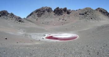 Wysokogórskie jezioro Aguas Calientes. Czerowną barwę zawdzięcza mechanizmom obronnych przed promieniowaniem UV alg, które je zamieszkują. Credits: The High Lakes Project: The SETI Institute Carl Sagan Center/NASA Ames/ NAI
