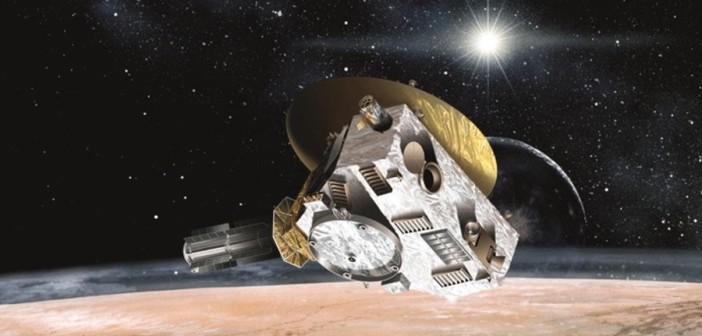 Sonda New Horizons nad Plutonem z anteną skierowaną ku Słońcu i Ziemi / Credits - grafika NASA