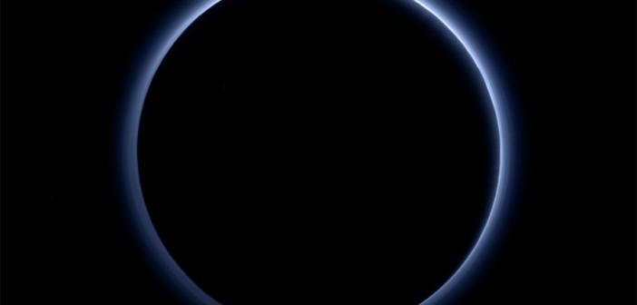 Niebieskawa atmosfera Plutona / Credits - NASA/JHUAPL/SwRI