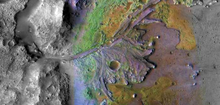 Delta po wyschniętej rzece w kraterze Jezero. Zielonym kolorem zaznaczono obecność minerałów powstałych w glinach / Credits - NASA/JPL/JHUAPL/MSSS/Brown University
