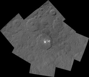 Krater Occator na Ceres widziany przez sondę Dawn z odległości 1470 km. Mozaika dwóch zdjęć o krótkim i długim czasie ekspozycji / Credit: NASA/JPL-Caltech/UCLA/MPS/DLR/IDA