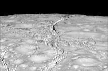 Powierzchnia Enceladusa sfotografowana przez sondę Cassini w trakcie zbliżenia z 14 października 2015 / Credit: NASA-JPL