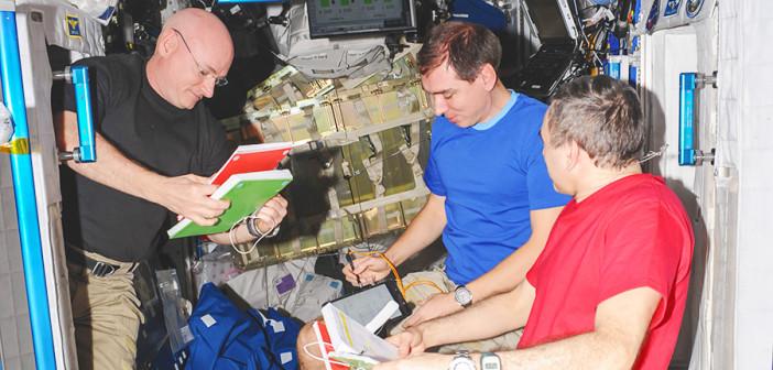 Astronauci w trakcie przeglądu procedur na pokładzie Międzynarodowej Stacji Kosmicznej / Źródło: NASA