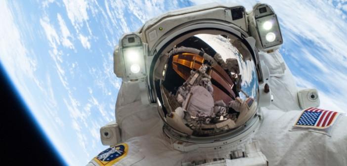 Amerykański astronauta podczas spaceru kosmicznego / credits: NASA