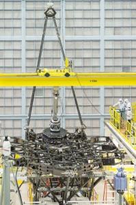 Zdjęcie wykonane po pomyślnej instalacji pierwszego lustra w strukturze kratowniczej teleskopu / Źródło: NASA/Chris Gunn