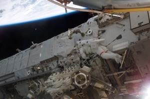 Wózek Mobile Transporter w czasie prac z astronautami. Źródło: NASA