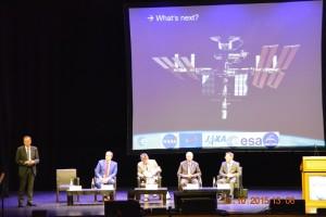 Dyrektor generalny ESA podczas prezentacji jego wizji dalszej eksploracji przestrzeni kosmicznej / Źródło: Blue Dot Solutions