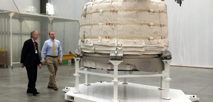 Przedstawiciele NASA w trakcie oględzin nadmuchiwanego modułu Bigelow Aerospace. Fabryka Bigelow, Las Vegas, Marzec 2015. Moduł zostanie wyniesiony do przetestowania na Międzynarodowej Stacji Kosmicznej na początku 2016 roku. Image Credit: NASA / Stephanie Schierholz