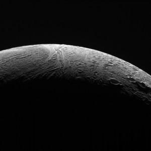 Północne terytoria Enceladusa zobrazowane w czasie ostatniego w historii tak bliskiego przelotu sondy Cassini w pobliżu tego obiektu / Źródło: NASA
