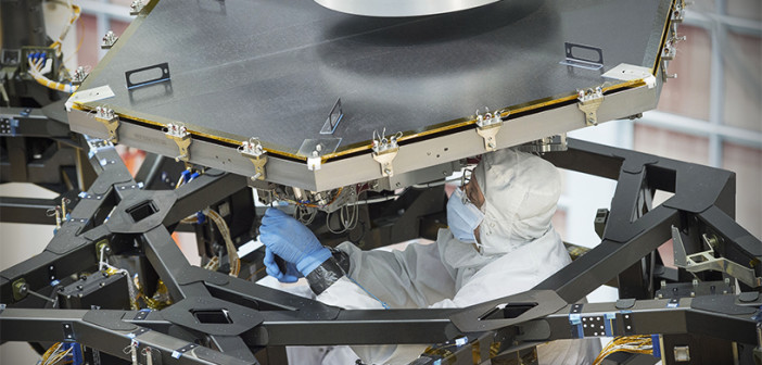 Inżynier NASA w trakcie instalacji pierwszego lustra Teleskopu Jamesa Webba / Źródło: NASA/Chris Gunn