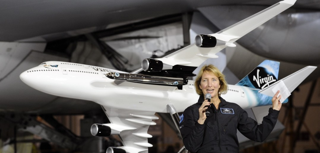 Kelly Latimer, pilot-oblatywacz Virgin Galactic, i model B747 z rakietą Launcher One, na tle prawdziwego Jumbo Jeta / Credit: Virgin Galactic