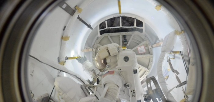 Astronauta ESA Tim Peake wykonał zdjęcie jednego ze spacerowiczów w czasie pobytu w śluzie Quest. Źródło: NASA/ESA/Tim Peake