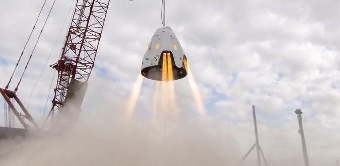 Test silniczków SuperDraco na uwięzi / Credits - SpaceX