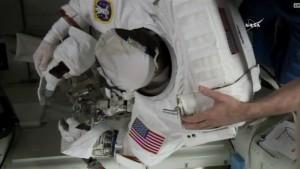 Po zdjęciu hełmu Kopry widać zamoczony materiał / Credits: NASA TV