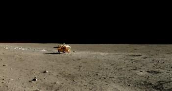 Łazik Yutu wykonał zdjęcia składające się na tę panoramę w dniu 13 stycznia 2014 roku, w trakcie drugiego dnia księżycowego na powierzchni. Dwa ziemskie dni później łazik doświadczył awarii, będąc nieco bliżej lądownika, zastygając w miejscu już na zawsze. Źródło: Chinese Academy of Sciences / China National Space Administration / The Science and Application Center for Moon and Deepspace Exploration / Emily Lakdawalla