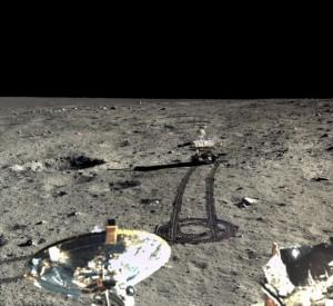 Zdjęcie łazika Yutu z dnia 23 grudnia 2013 roku w trakcie jego jazdy na południe od lądownika. Prawy panel słoneczny Yutu pochylony jest w dół, celem wydajniejszego przechwytywania promieni Słońca. Źródło: Chinese Academy of Sciences / China National Space Administration / The Science and Application Center for Moon and Deepspace Exploration / Emily Lakdawalla