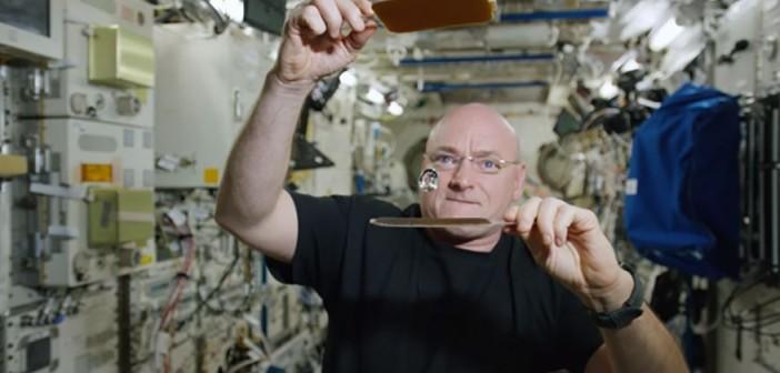 Scott Kelly i kropla wody na ISS / Credits - NASA