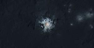 Jasne obszary wnętrza krateru Occator (zakres do bliskiej podczerwieni) / Credits - NASA/JPL-Caltech/UCLA/MPS/DLR/IDA/PSI/LPI