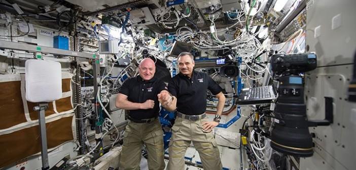 Scott Kelly i Michaił Kornijenko na pokładzie ISS / Credits - NASA
