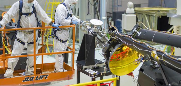Instalacja lustra wstecznego JWST / Credits - NASA/Chris Gunn