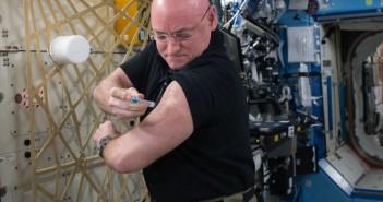 Jeden z testów medycznych na pokładzie ISS w trakcie rocznej misji Scotta Kelly'ego / Credits - NASA