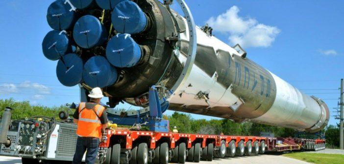 Zbliżenie odzyskanego pierwszego członu rakiety Falcon 9 napędzanego za pomocą 9 silników Merlin 1 D podczas transportu do hangaru SpaceX na terenie Kennedy Space Center. Źródło: Julia Leek
