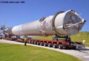 Odzyskany pierwszy członk rakiety Falcon 9 podczas transportu do hangaru firmy SpaceX na terenie Kennedy Space Center w dniu 19 kwietnia 2016 r. Źródło: Julian Leek