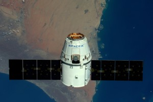 Zbliżający się Dragon do ISS - w tle Dubaj / Credits - astronauta Tim Peake