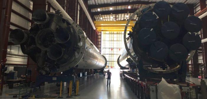 By land and sea – dwa pierwsze człony rakiety Falcon 9, które miękko powróciły na Ziemię po wykonaniu swojej misji. Źródło: SpaceX/Elon Musk