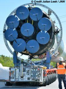 Dziewięć silników Merlin 1 D pierwszego członu rakiety Falcon 9. Źródło: Julian Leek